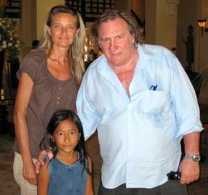 Remise d'un chèque d'AEC par Gérard Depardieu à Sandra et Clara